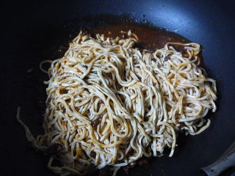 マーボー豆腐の素とからめる.JPG