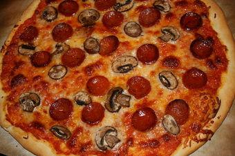 800px-Pepperoni_&_mushroom_pizza.jpg