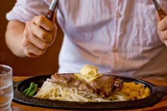 ステーキを食べる男性.jpg